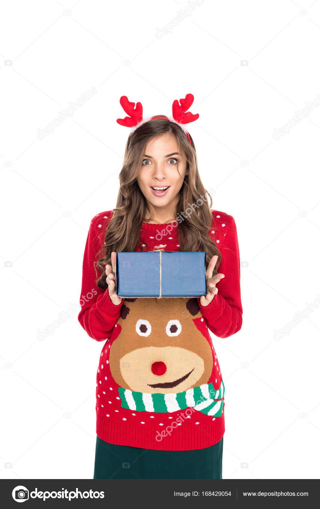 Frau holding Weihnachtsgeschenk — Stockfoto © IgorVetushko #168429054