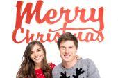 pár s nápisem Veselé Vánoce