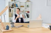 Photo businesswoman with cup of coffee in office