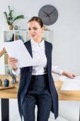 Fotografie businesswoman reading paperwork