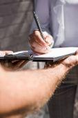 Üzletasszony aláírásával papírmunkát