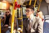 ember a buszon szemüvegek