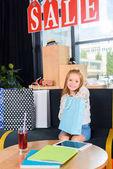 Fényképek A bevásárló szatyrok gyerek