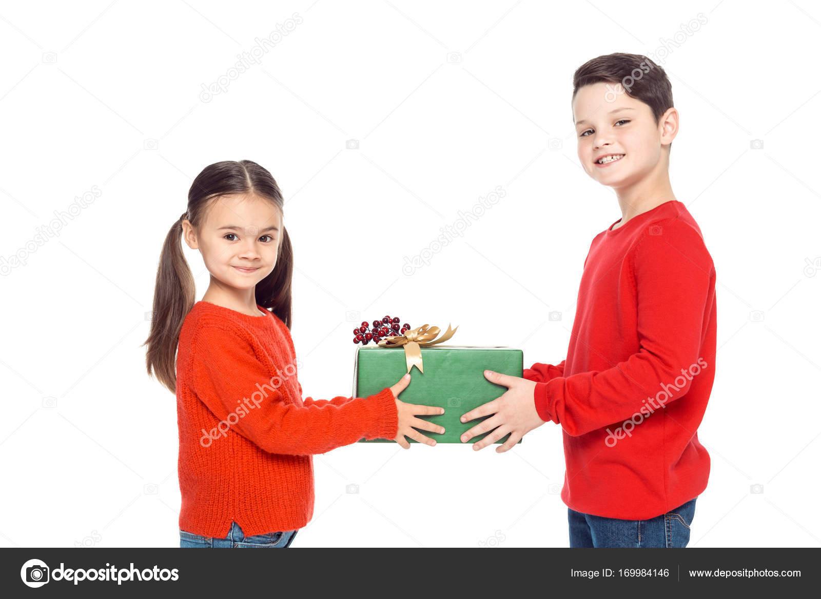 Geschwister mit Weihnachtsgeschenk — Stockfoto © IgorVetushko #169984146