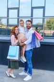 rodiče a dcera s nákupní tašky
