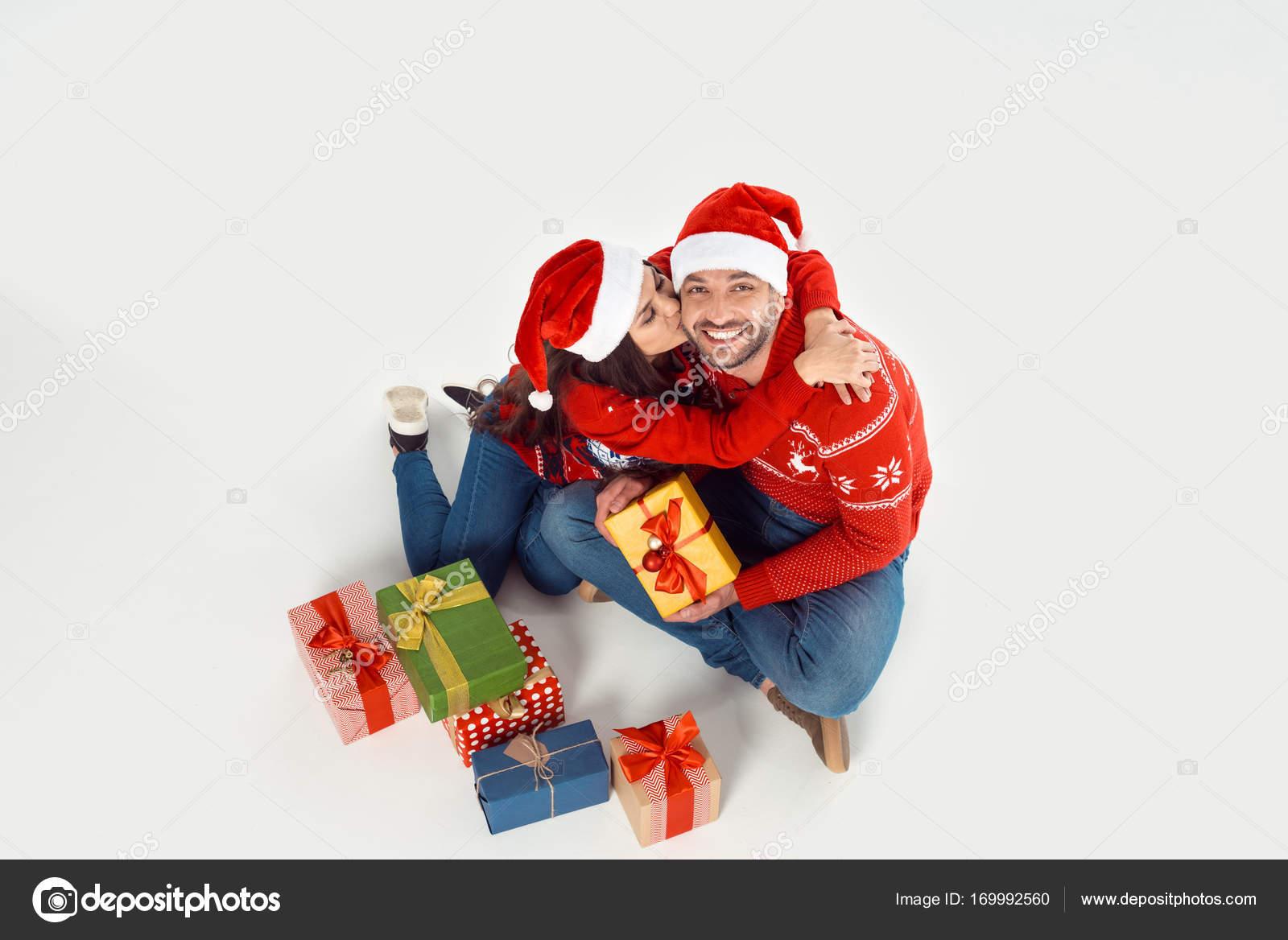 Paar mit Weihnachtsgeschenke — Stockfoto © IgorVetushko #169992560