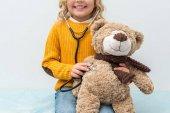 Photo girl listening to teddy bear breath