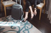 Photo businesswoman with high heeled shoes in hotel room