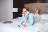 donna di affari using smartphone in camera dalbergo
