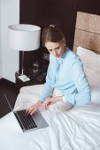 Photo businesswoman using laptop in hotel room
