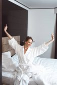 žena probuzení v hotelovém pokoji