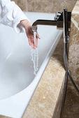 žena kontrolu vody ve vaně