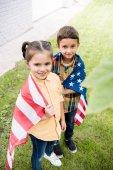 sourozenci s americkou vlajkou