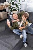 Fotografie otec a syn s smartphone