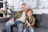 Fényképek család együtt tv-nézés