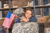 Fotografie militärische Vater und Sohn umarmen