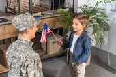 militärische Vater und Sohn mit Usa-Flagge