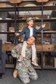 Fotografie Sohn auf militärischen Vater Schultern Reiten