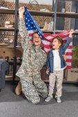 Fotografie Vater und Sohn mit US-Fahne