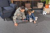 Fotografie militärische Vater und Sohn spielen mit Spielzeug