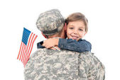 Vater in Militäruniform umarmt Sohn