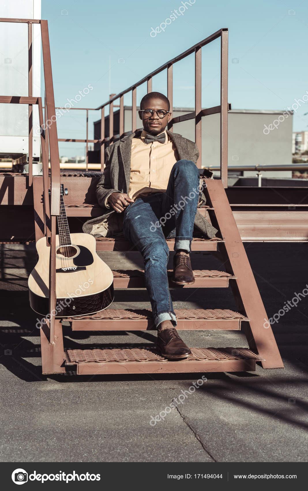 afro am ricain dans les escaliers avec guitare photographie igorvetushko 171494044. Black Bedroom Furniture Sets. Home Design Ideas