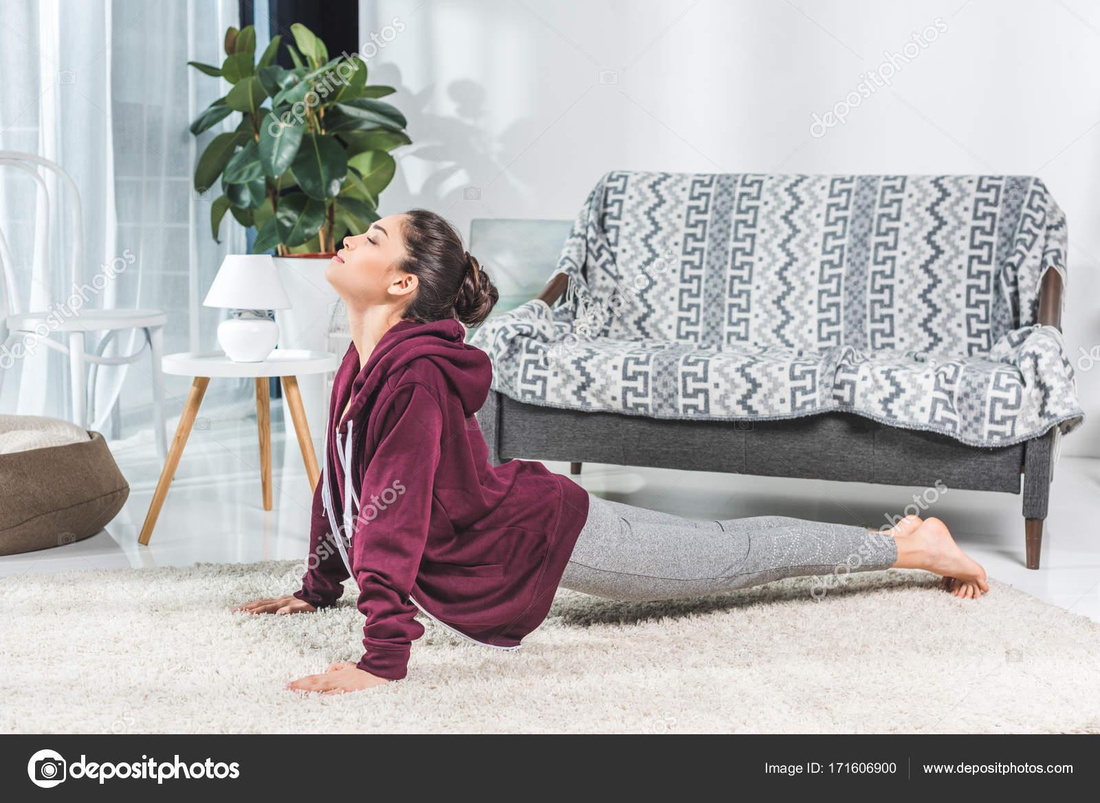 скачать фото девушек брюнеток в домашних условиях