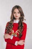 dívka v červený svetr se soby