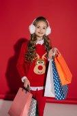 Fotografia ragazza alla moda con borse della spesa