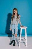 dospívající dívka v módní oblečení