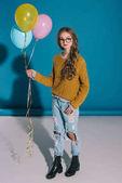 stylové dospívající dívka s balónky