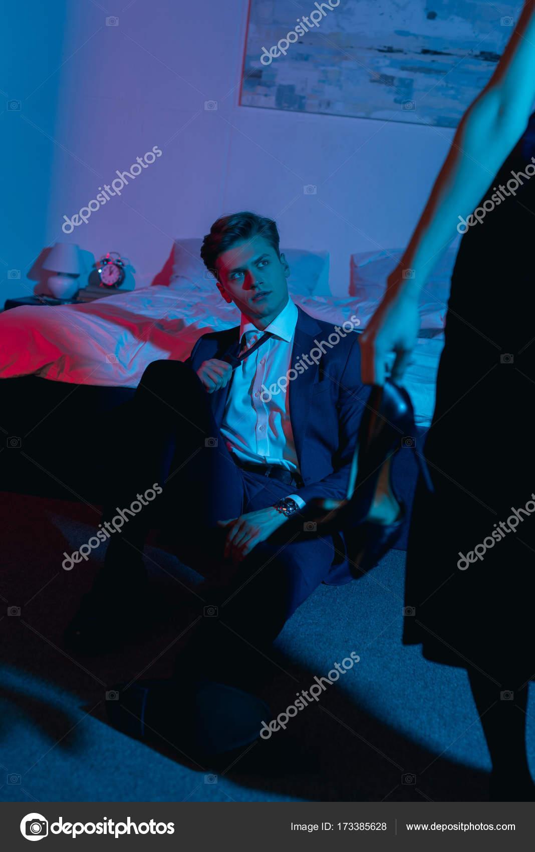 Homme cherche femme dans la chambre photographie igorvetushko 173385628 - Cherche femme de chambre ...