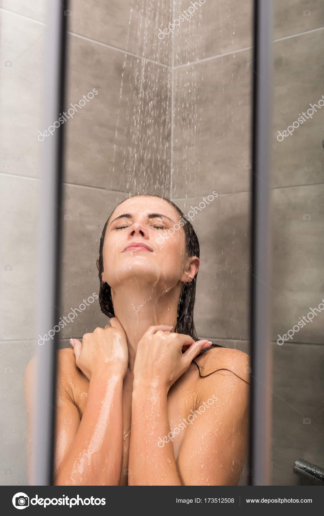 Flickor duscha med flickor