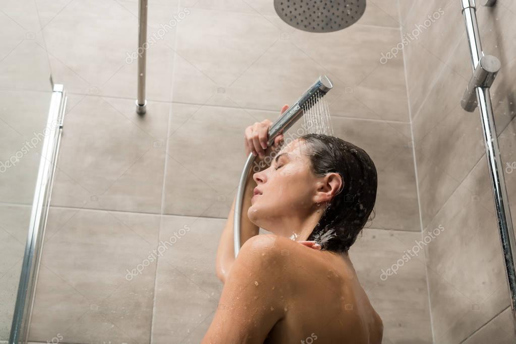 девушка принимает душ из спермы киски шеи