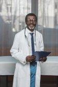 lékař se schránkou