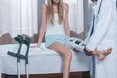 Fotografie doctor examining patient leg