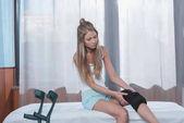 žena sedí s ortézy na koleno