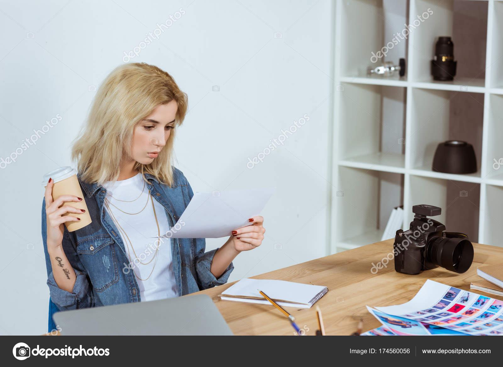 Fotograf Mit Kaffee Fotoshooting Proben Arbeitsplatz Buro Suchen