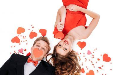 Kırmızı kağıt kalpleri ile Çift