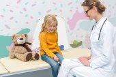 Mädchen tun Neurologie Prüfung für Arzt
