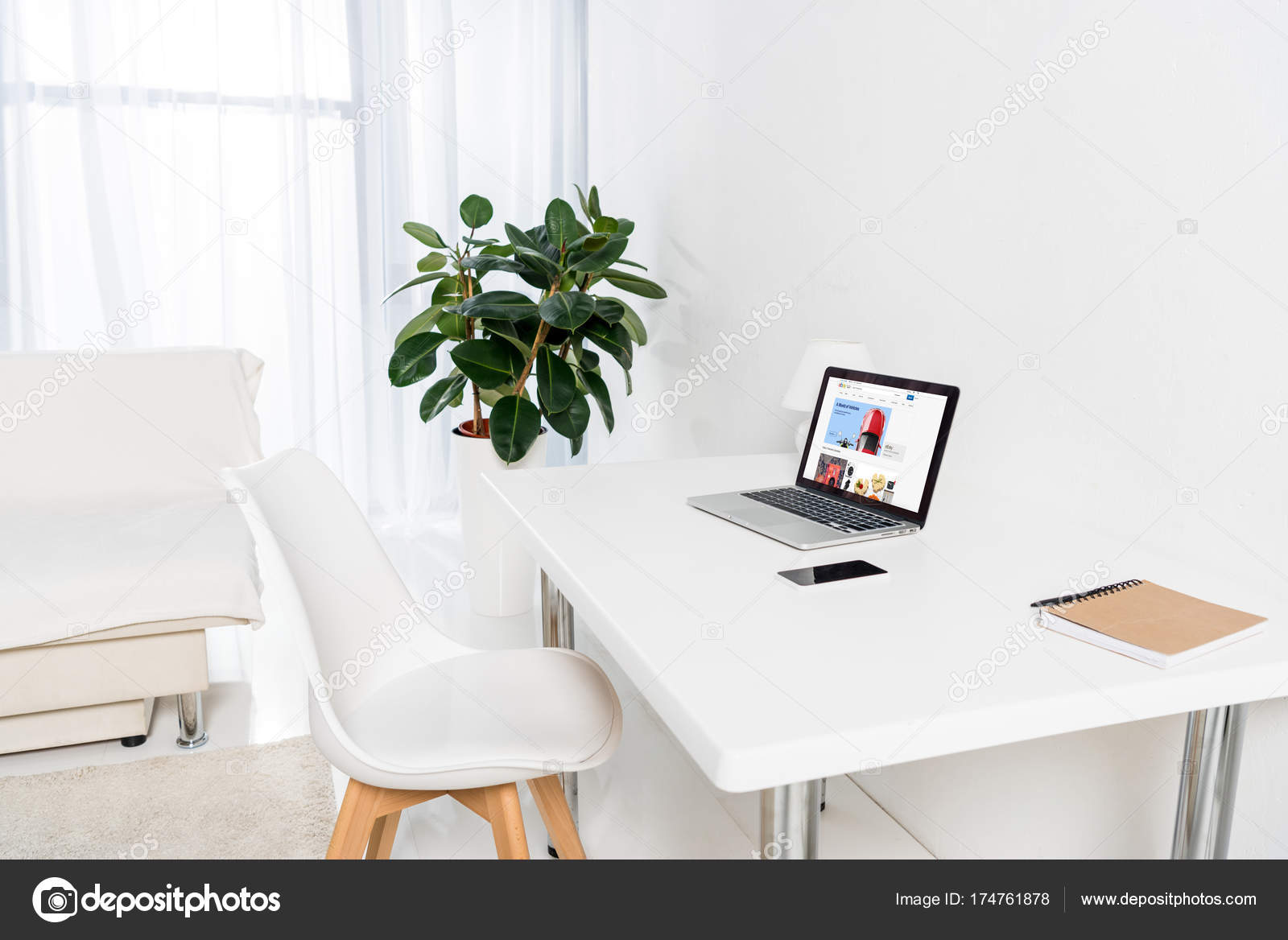 Laptop Mit Ebay Logo Smartphone Und Notebook Auf Tisch Wohnzimmer