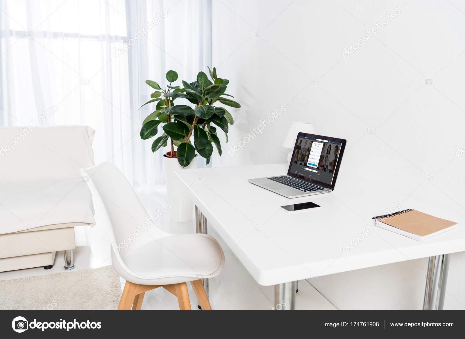 Laptop Smartphone Und Notebook Auf Tisch Wohnzimmer — Redaktionelles ...
