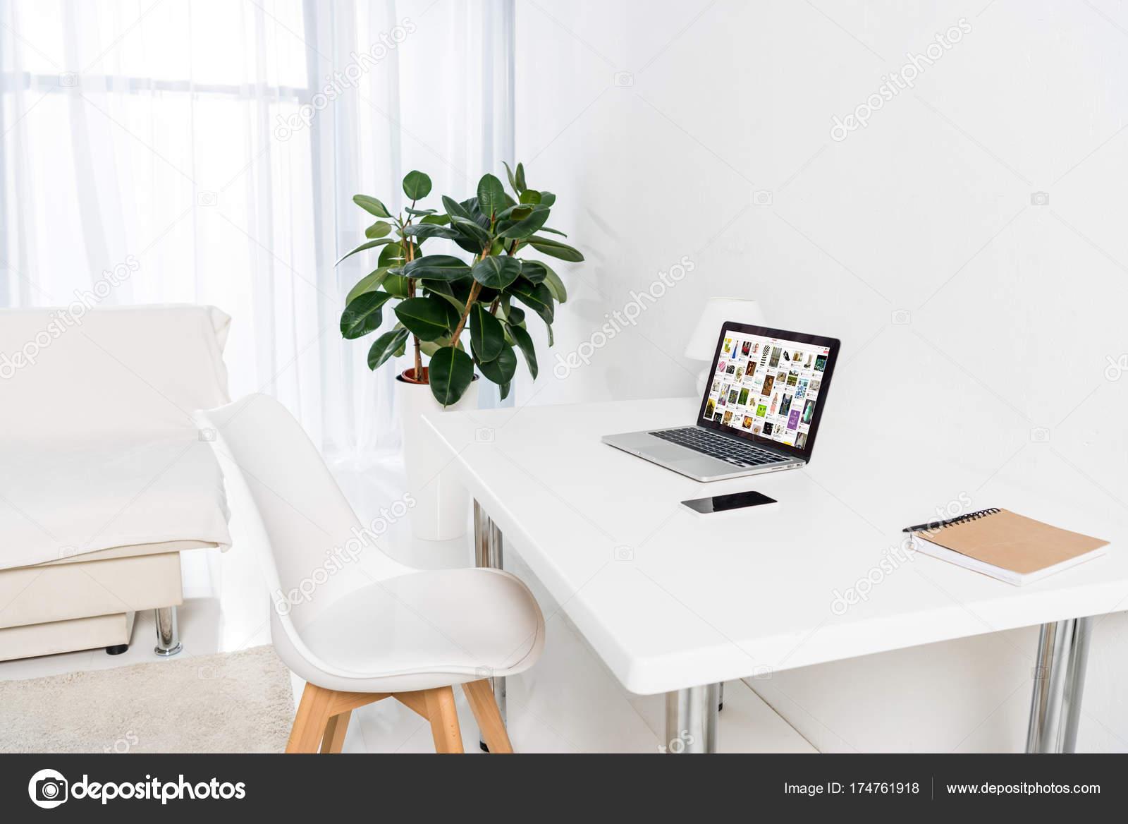 Laptop Met Pinterest Website Scherm Tafel Woonkamer – Redactionele ...
