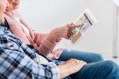 vágott mosolygó idősebb férfi és nő, digitális tabletta együttes használata a pinterest jel-ra képernyő szemcsésedik