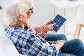 idősebb pár, digitális tabletta együttes használatával facebook logo oldalnézetből
