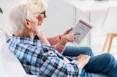 idősebb pár segítségével digitális tábla instagram logóval együtt oldalnézetből