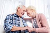 alacsony, szög, kilátás a boldog idősebb pár nézte egymást, és kézen