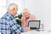 férje használ a laptop otthon airbnb logóval néztem mosolygó vezető nő portréja