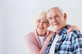 Ritratto di felice coppia Senior che guarda lobbiettivo