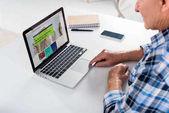 részleges kilátás vezető ember dolgozik laptop notebook otthon az asztalnál, bbc logóval